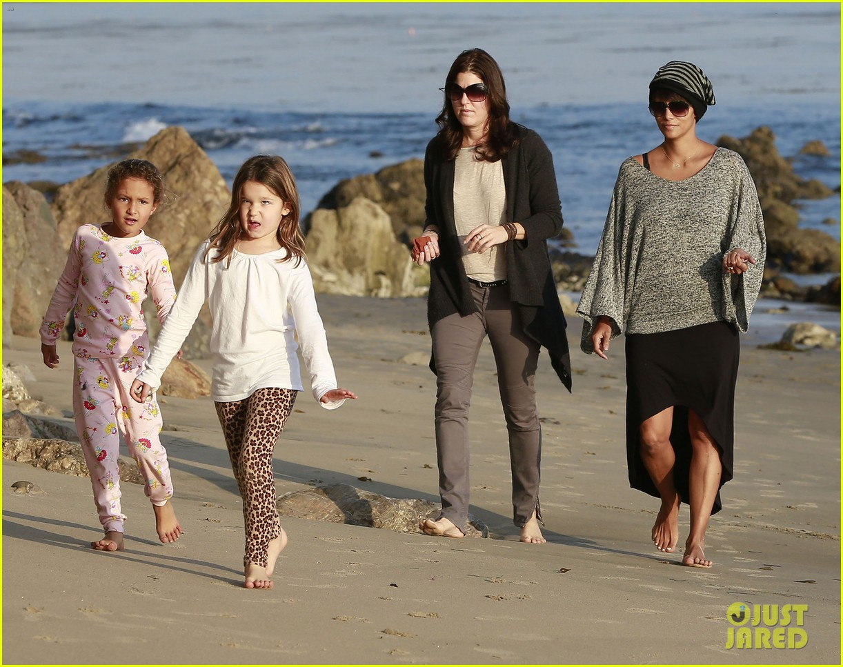 halle berry strolls the beach with nahla friends 22