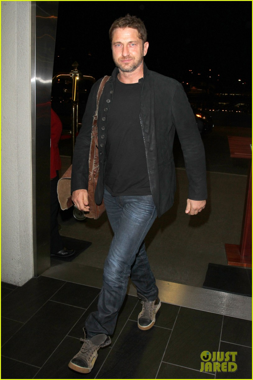gerard butler catches flight out of lax 02