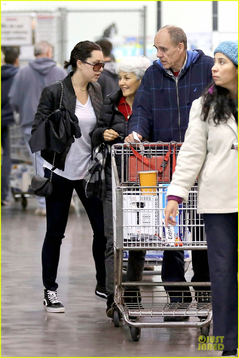 amanda bynes rainy costco run with parents 073007309