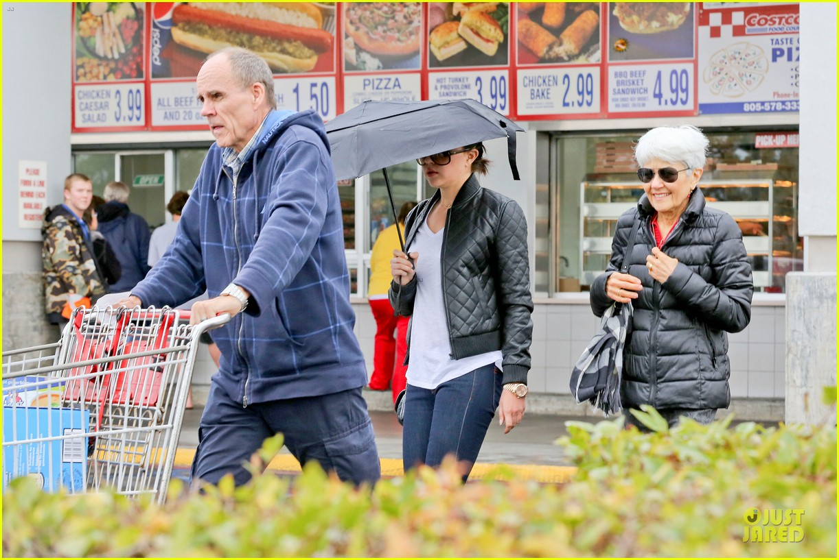 amanda bynes rainy costco run with parents 093007311