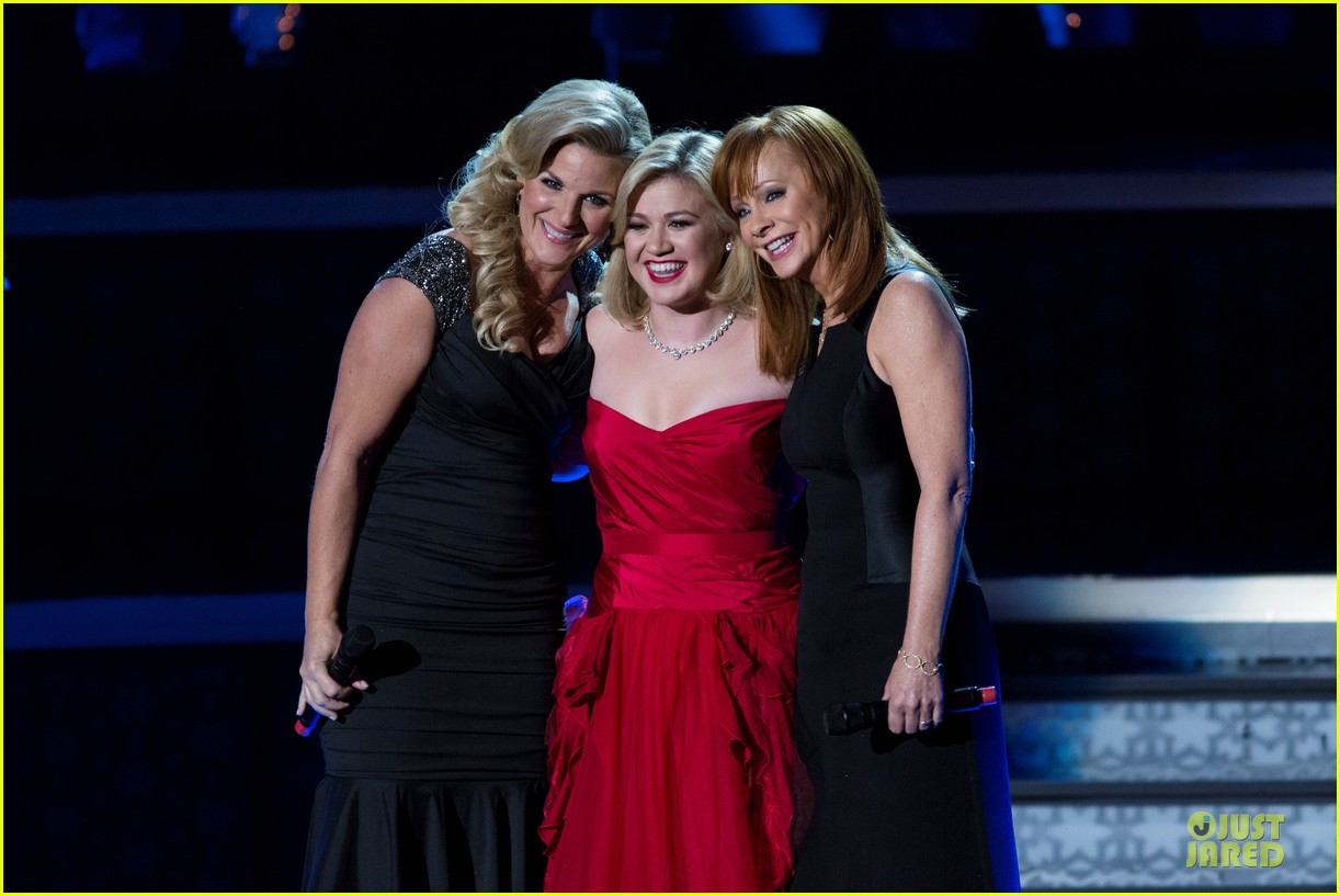 Kelly Clarkson's Cautionary Christmas Music Tale' Airs December 11 ...