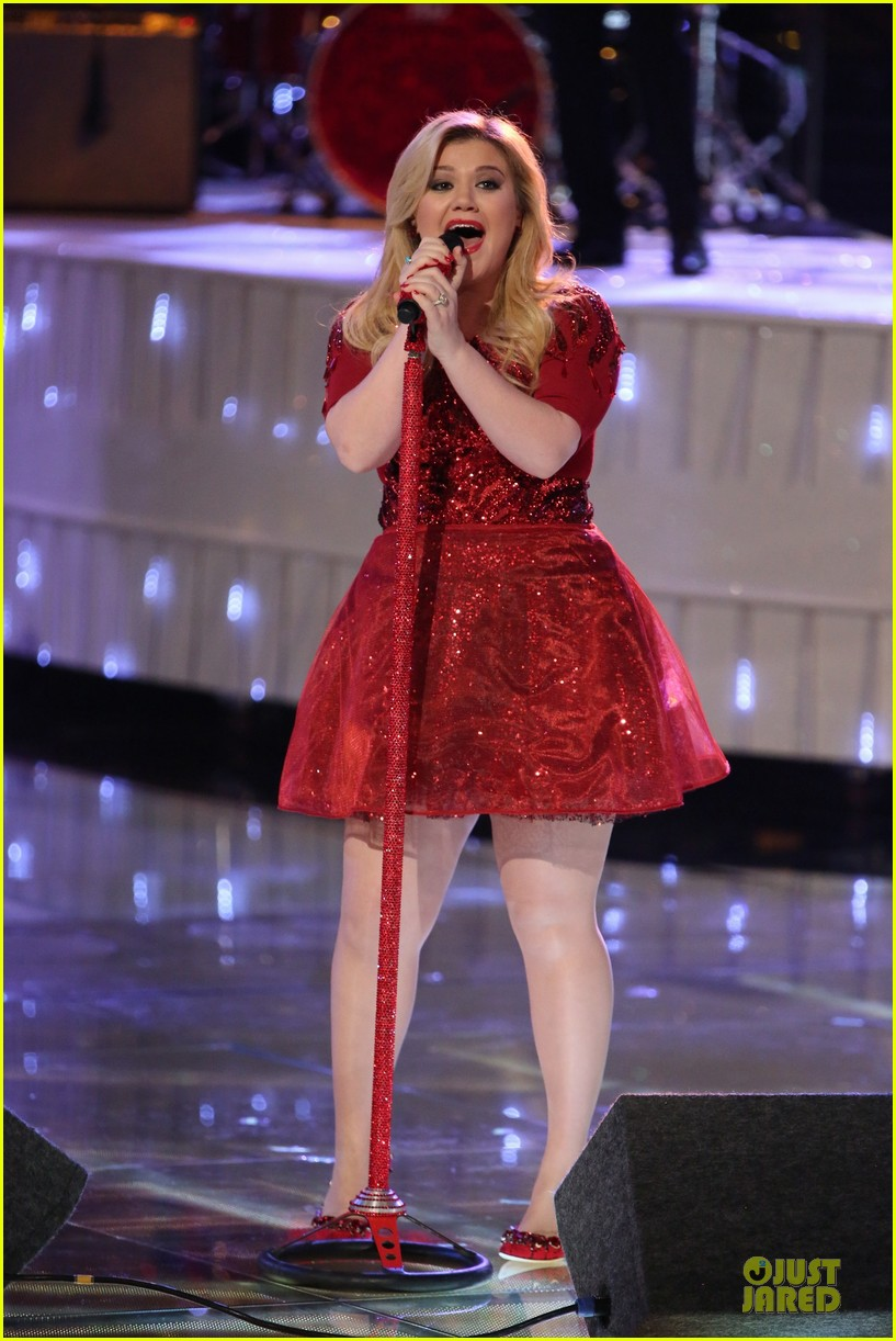Kelly Clarkson Underneath The Tree Performance On The