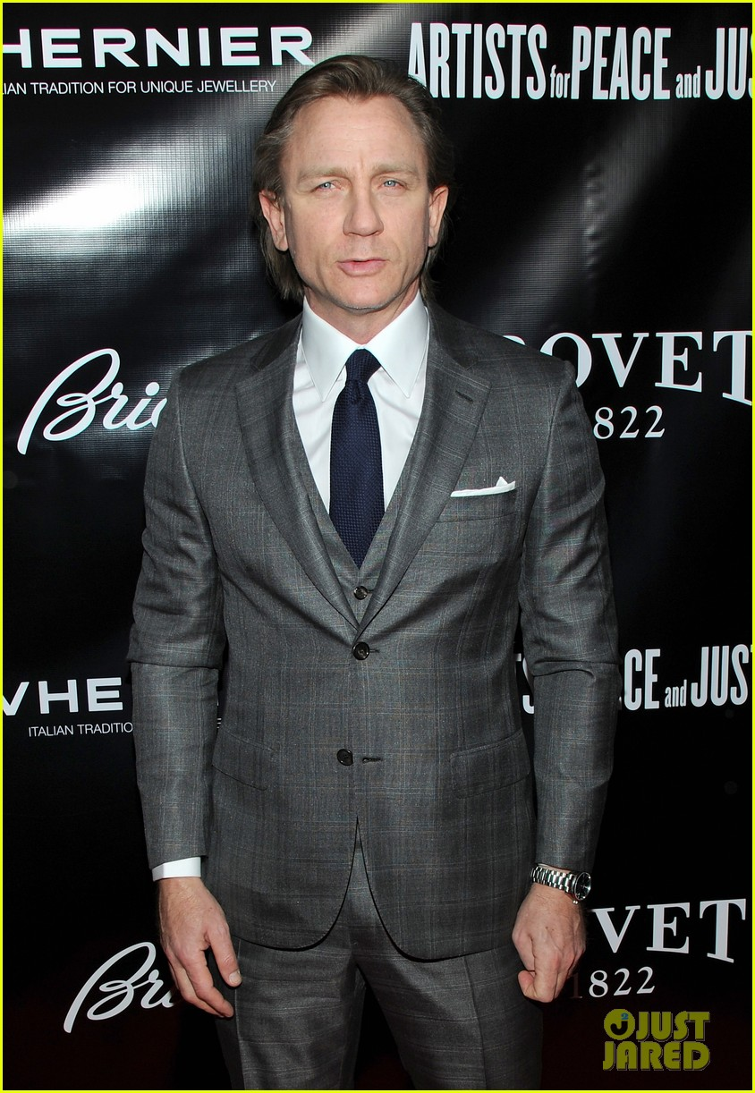 daniel craig artists for peace justice nyc holiday benefit 06