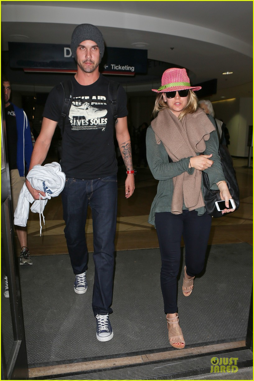 kaley cuoco ryan sweeting lax arrival after bahamas vacay 01