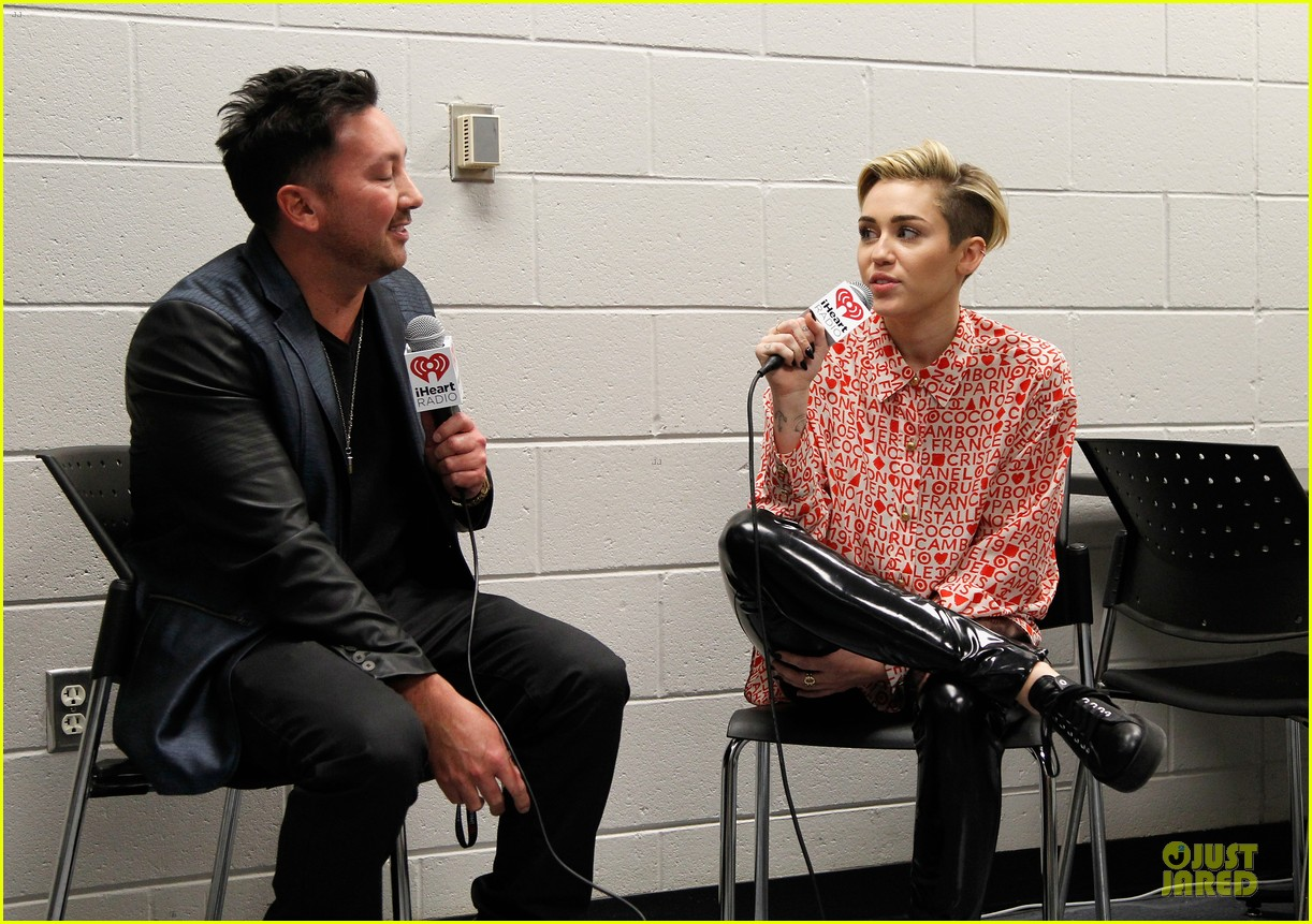 miley cyrus backstage at power 961 jingle ball 2013 013010315