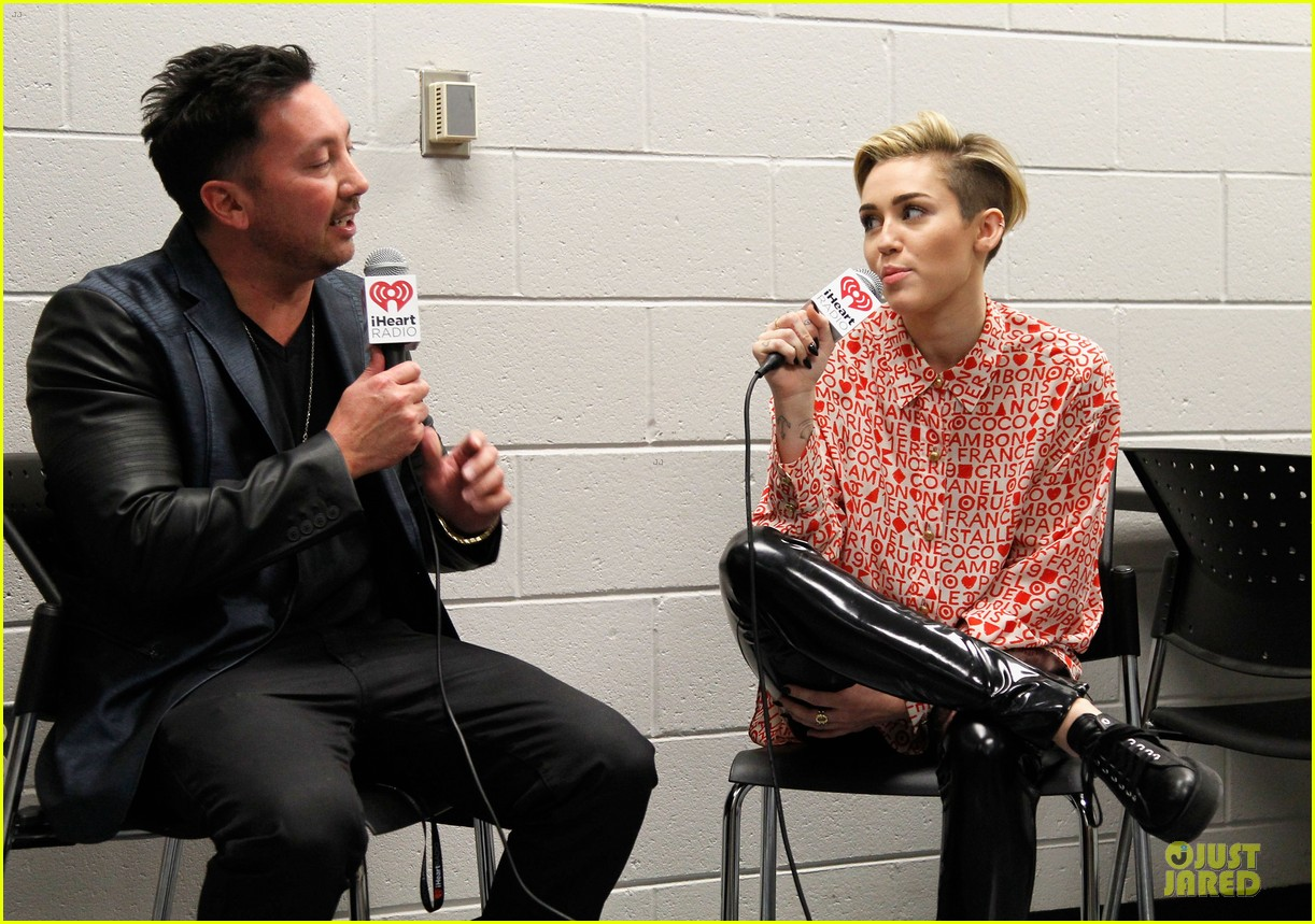 miley cyrus backstage at power 961 jingle ball 2013 02