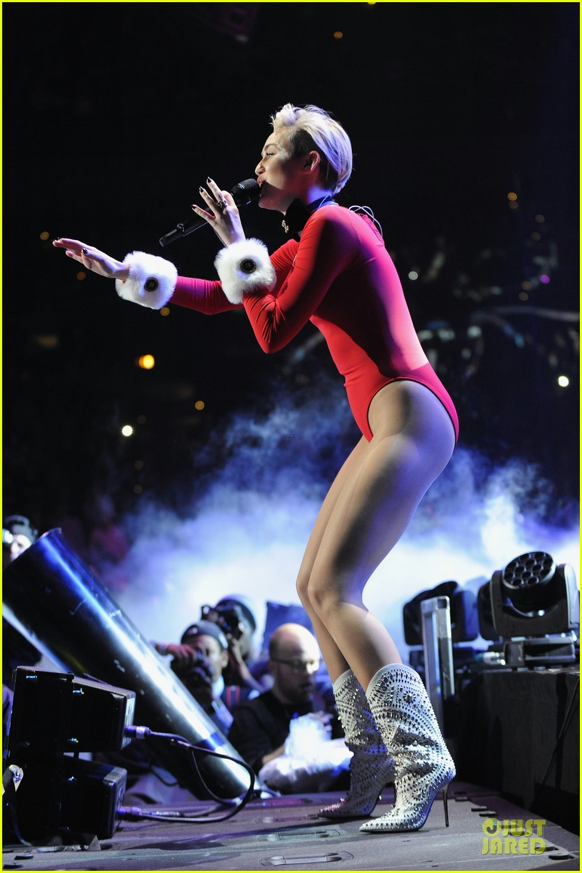 miley cyrus backstage at power 961 jingle ball 2013 183010332