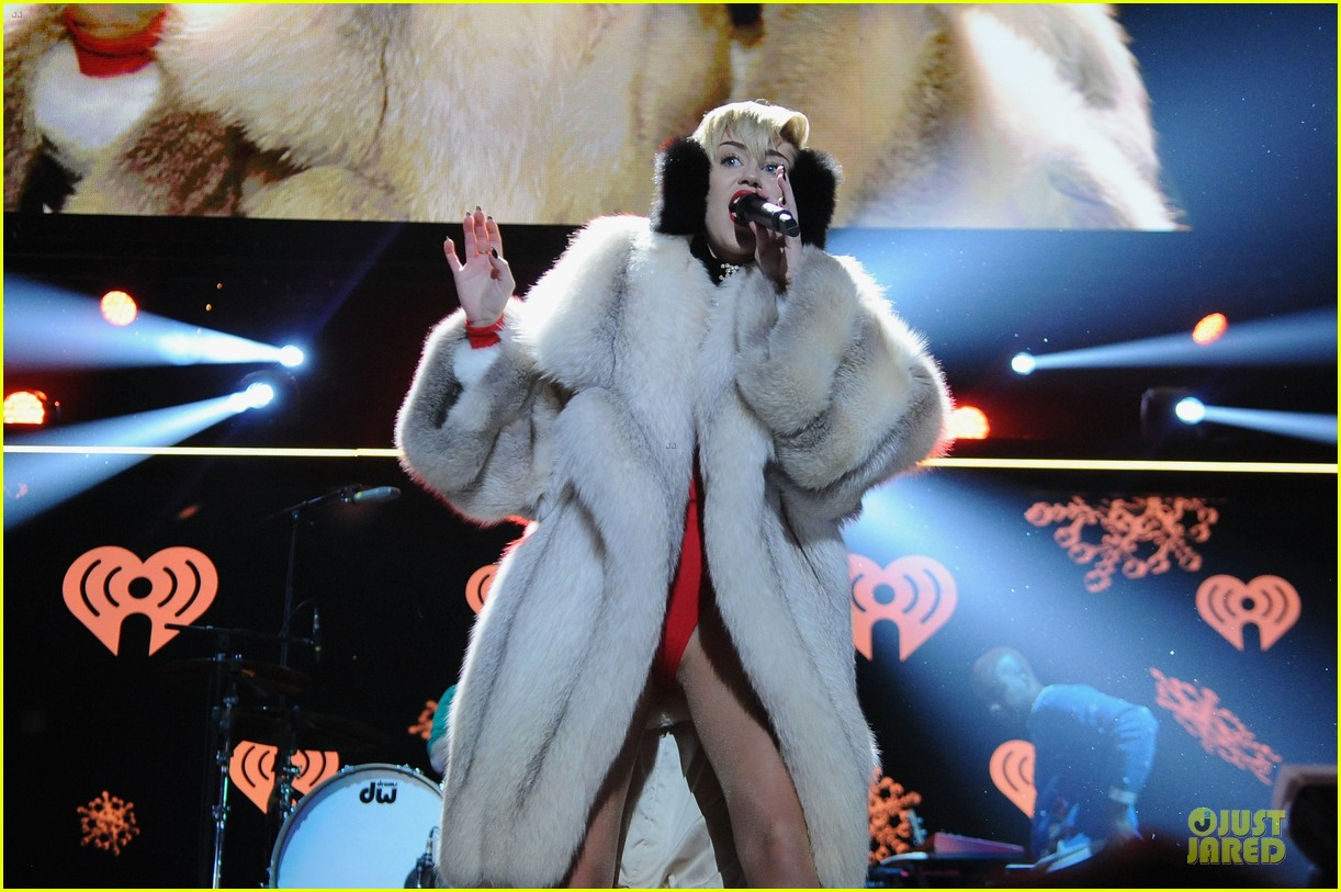 miley cyrus backstage at power 961 jingle ball 2013 29