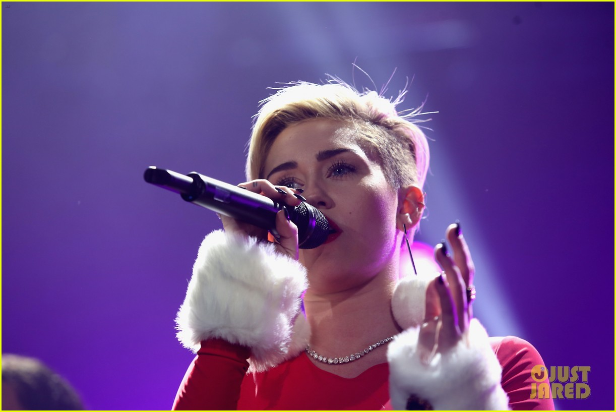 miley cyrus performs after being named artist of the year 02