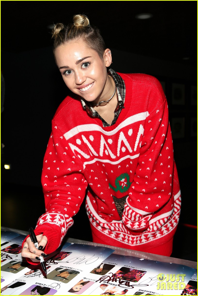 miley cyrus stolen christmas sweater at tampa jingle ball 02
