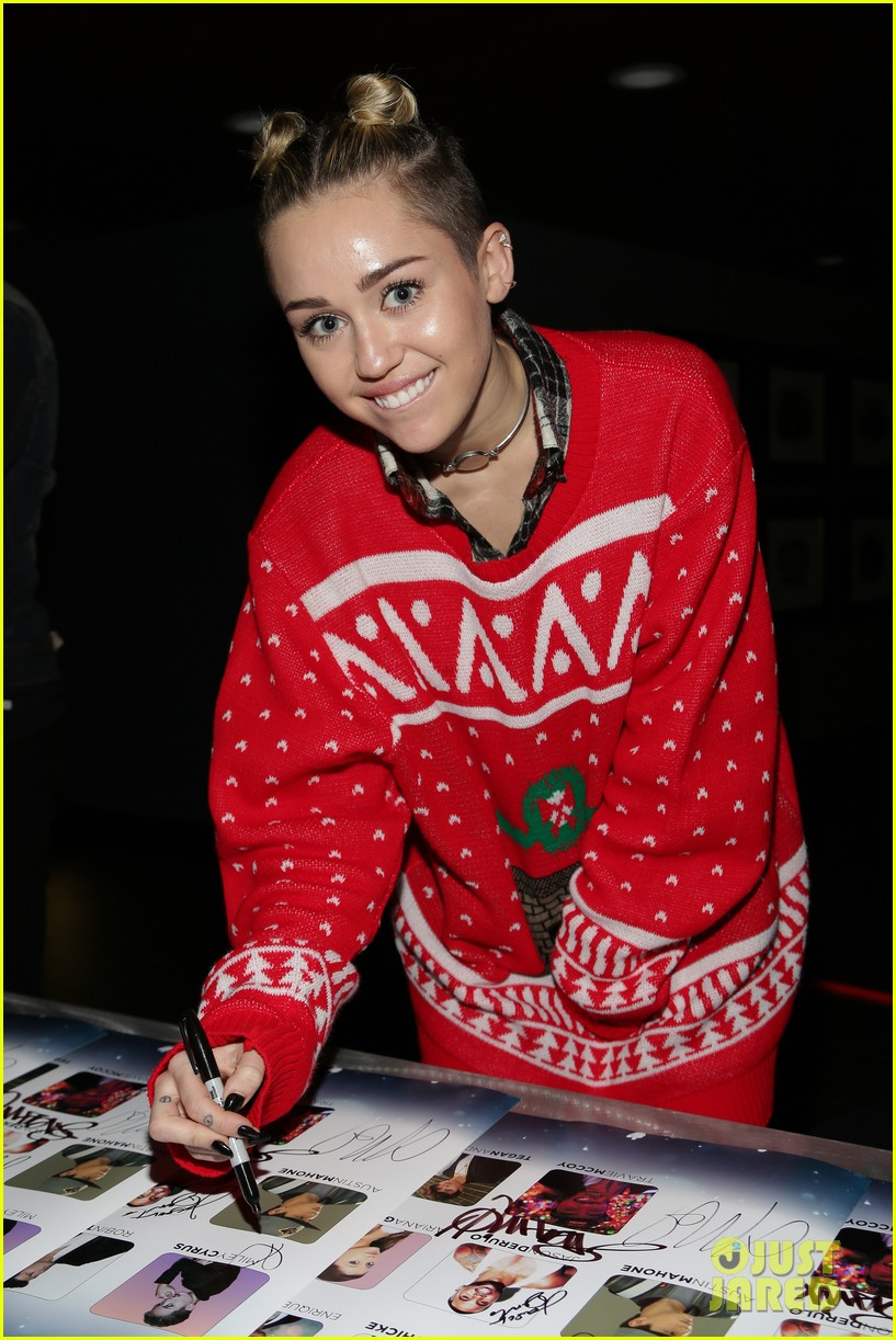 miley cyrus stolen christmas sweater at tampa jingle ball 06