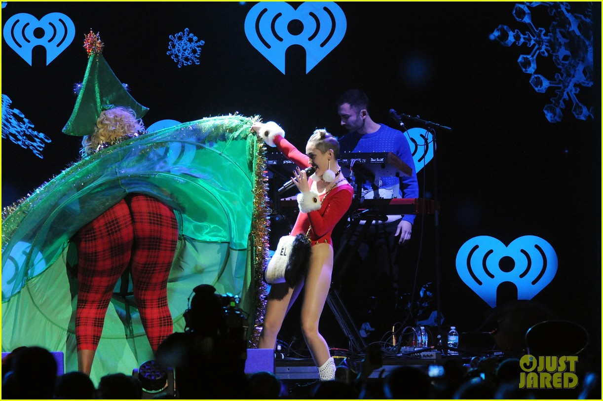 miley cyrus stolen christmas sweater at tampa jingle ball 12