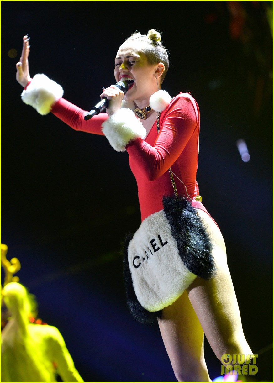 miley cyrus stolen christmas sweater at tampa jingle ball 193014565