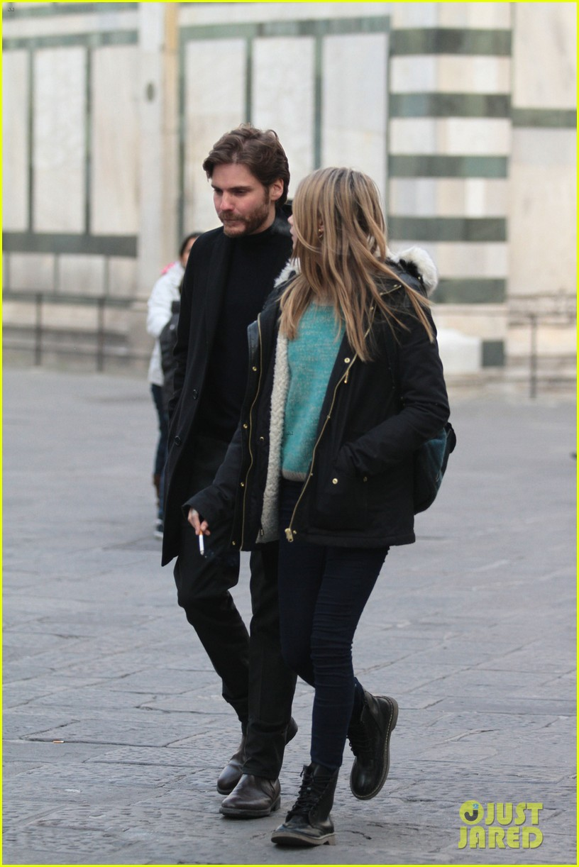 cara delevingne films a movie with daniel bruhl in italy 02