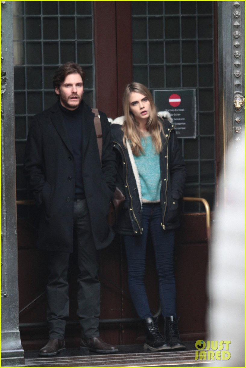 cara delevingne films a movie with daniel bruhl in italy 03