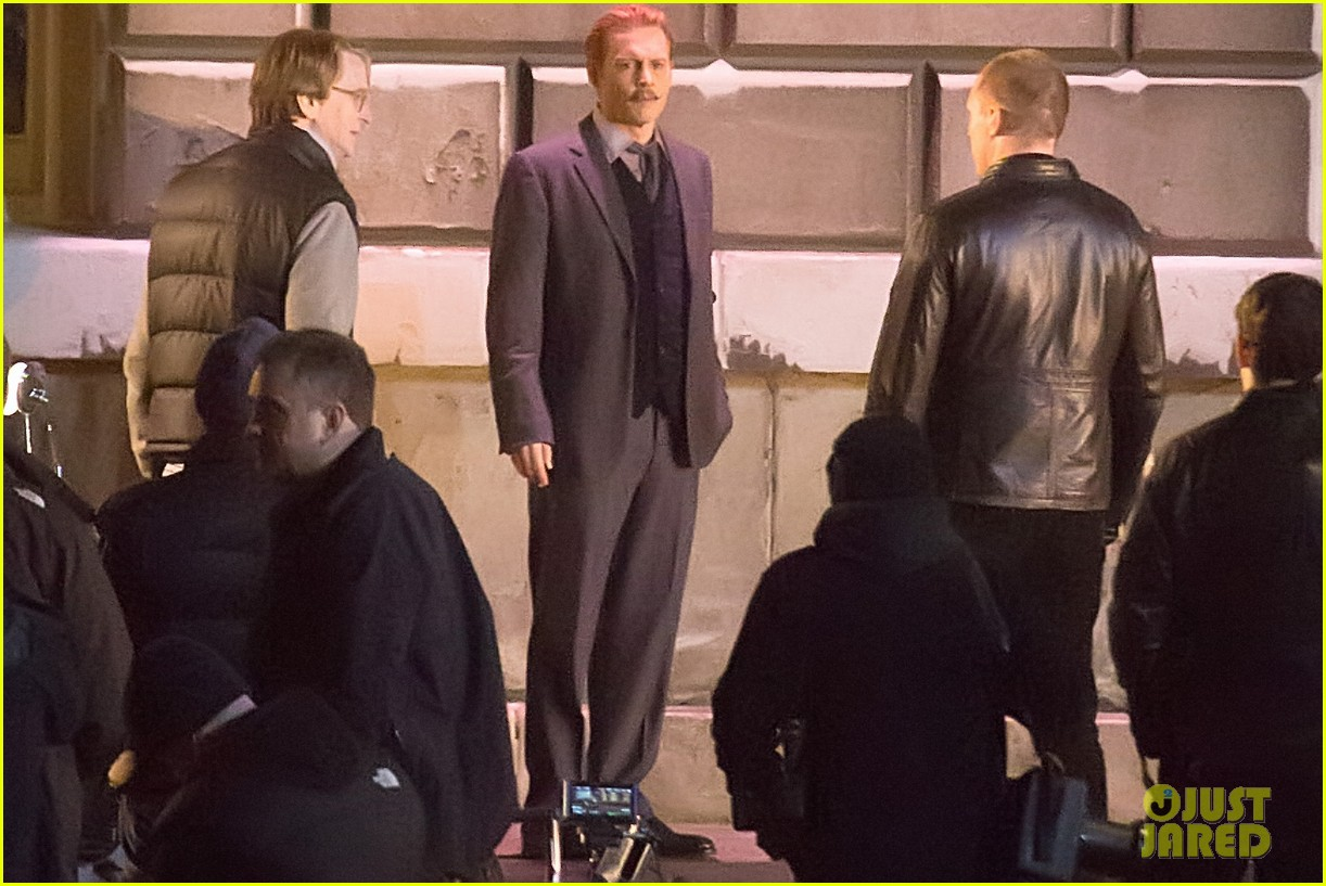 johnny depps pants fall to the ground while filming mortdecai 04