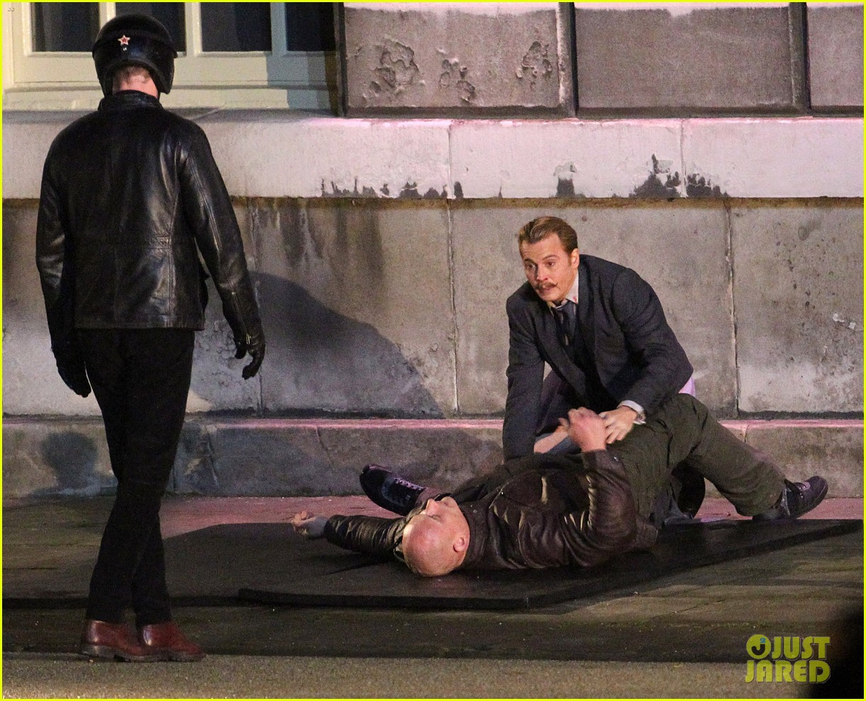 johnny depps pants fall to the ground while filming mortdecai 11
