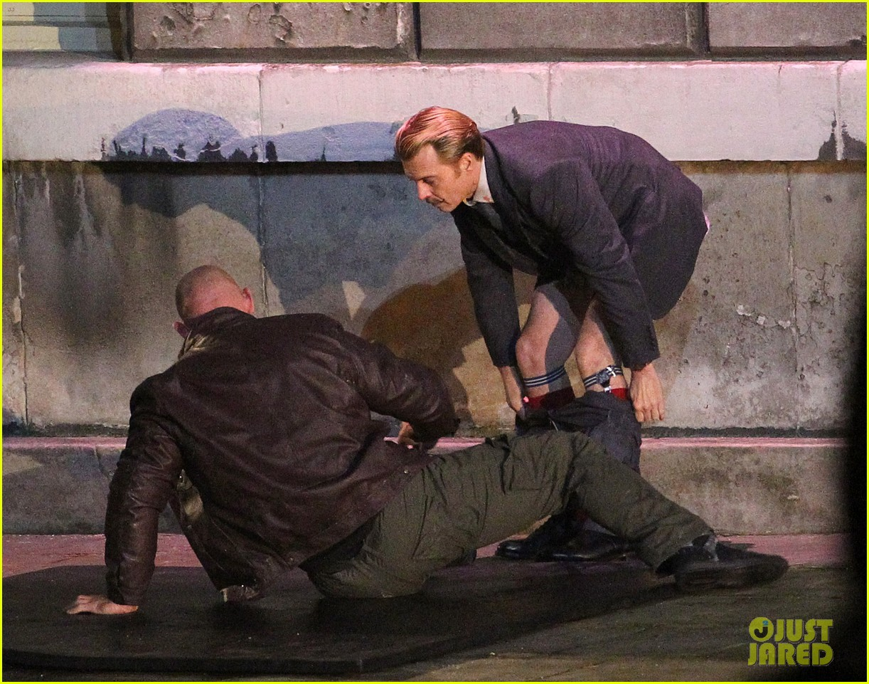 johnny depps pants fall to the ground while filming mortdecai 153008477