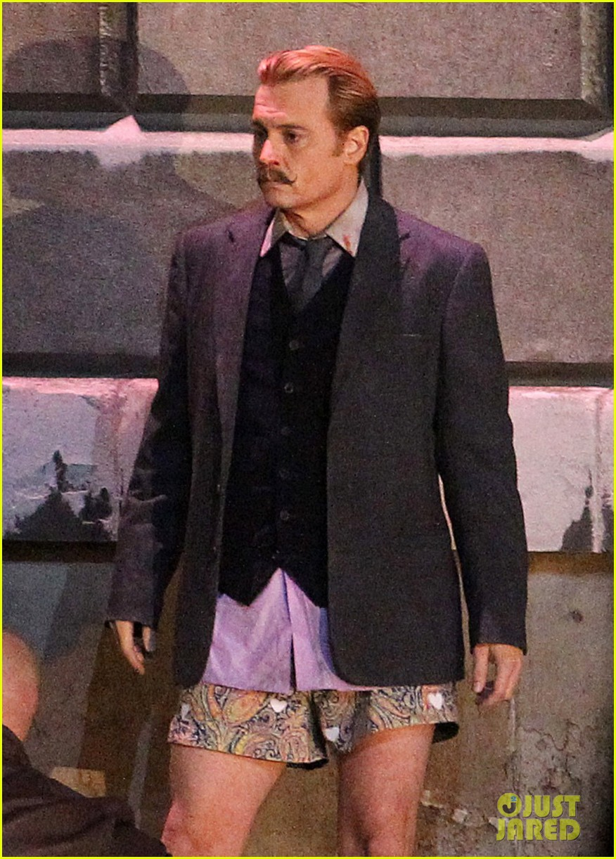 johnny depps pants fall to the ground while filming mortdecai 16