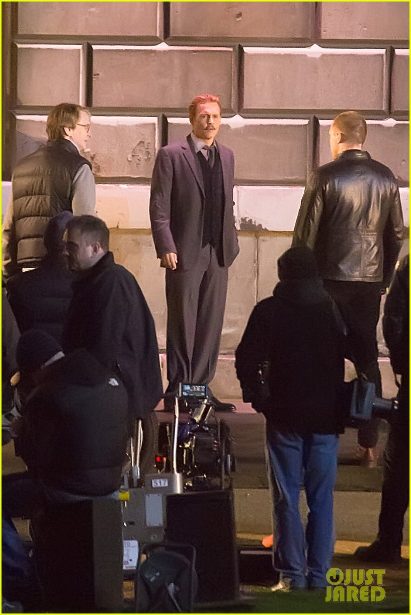 johnny depps pants fall to the ground while filming mortdecai 23