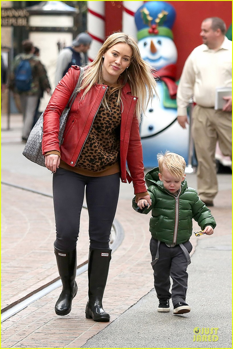 hilary duff santa claus visit with luca 19