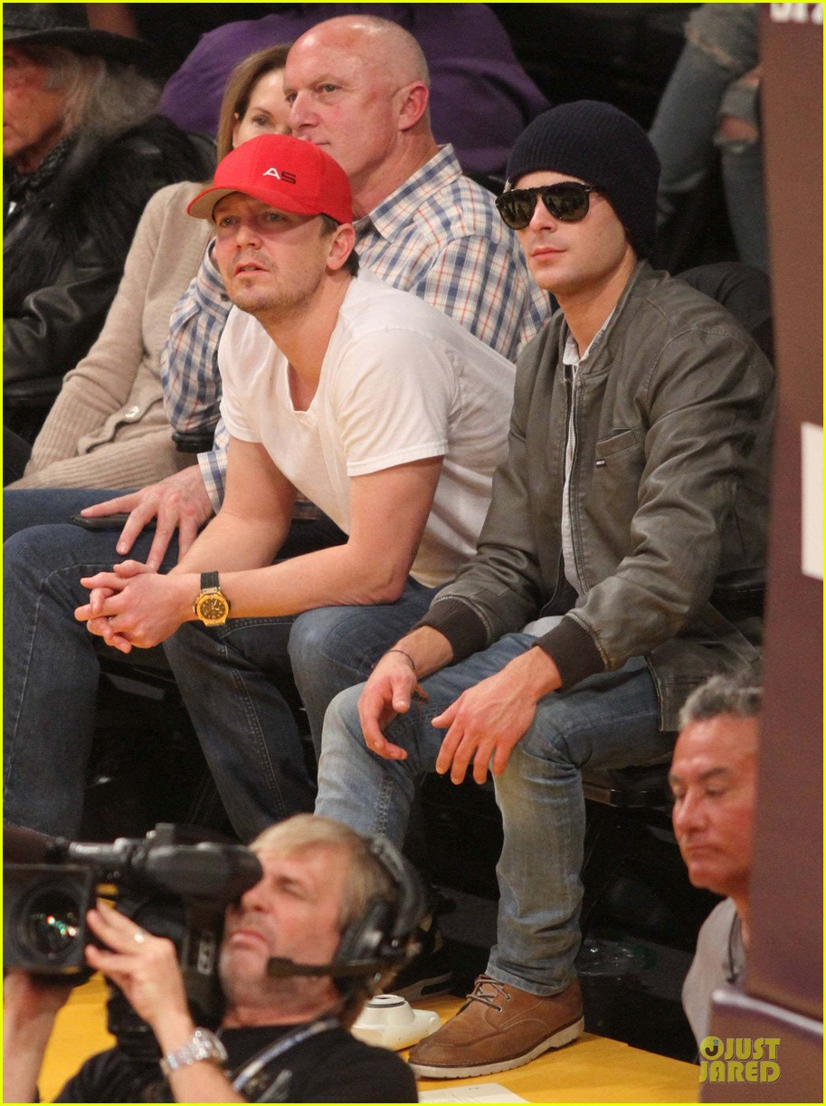 zac efron cheers on lakers for win against timberwolves 013015759