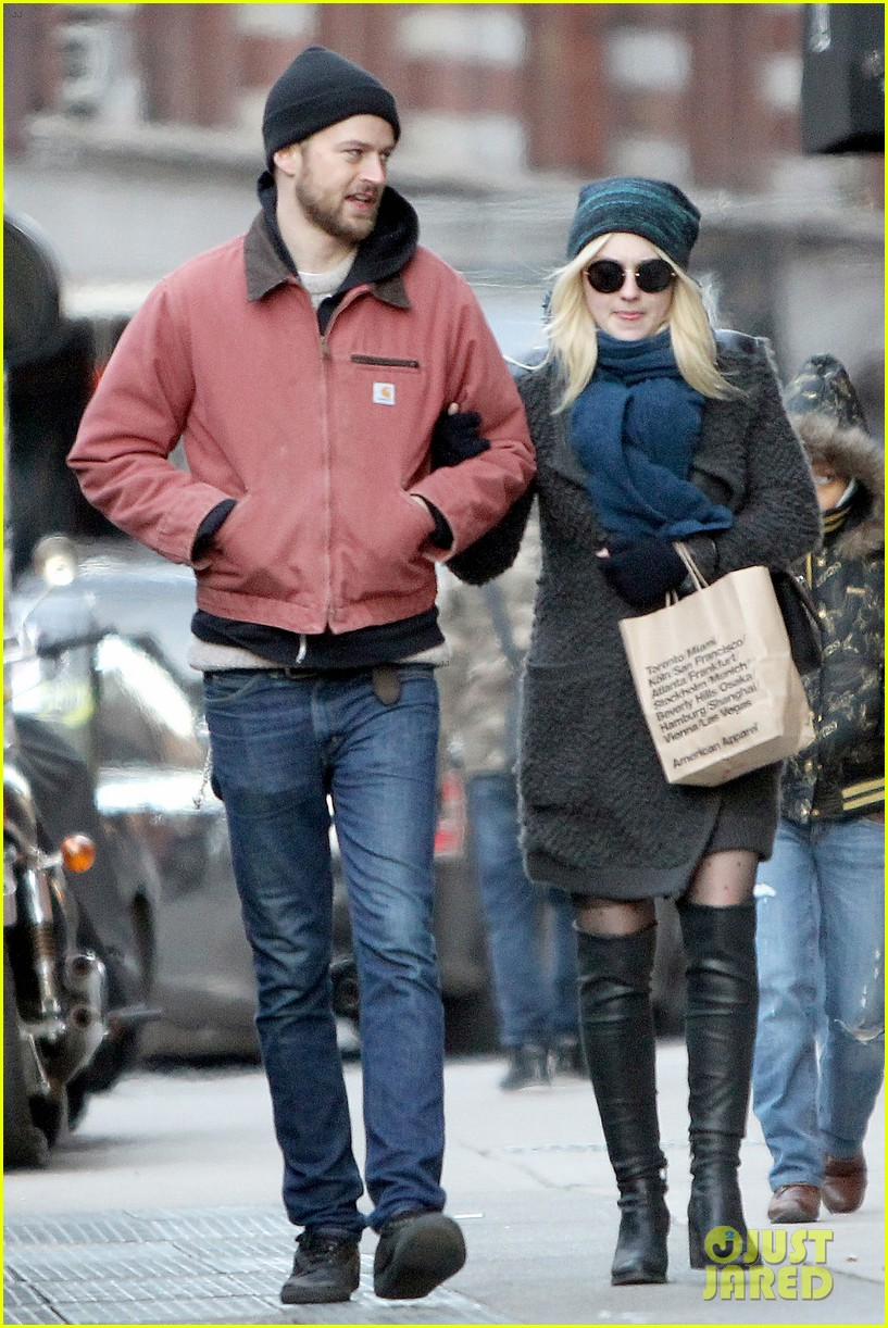 dakota fanning boyfriend jamie stratchan walk arm in arm in new york city 03