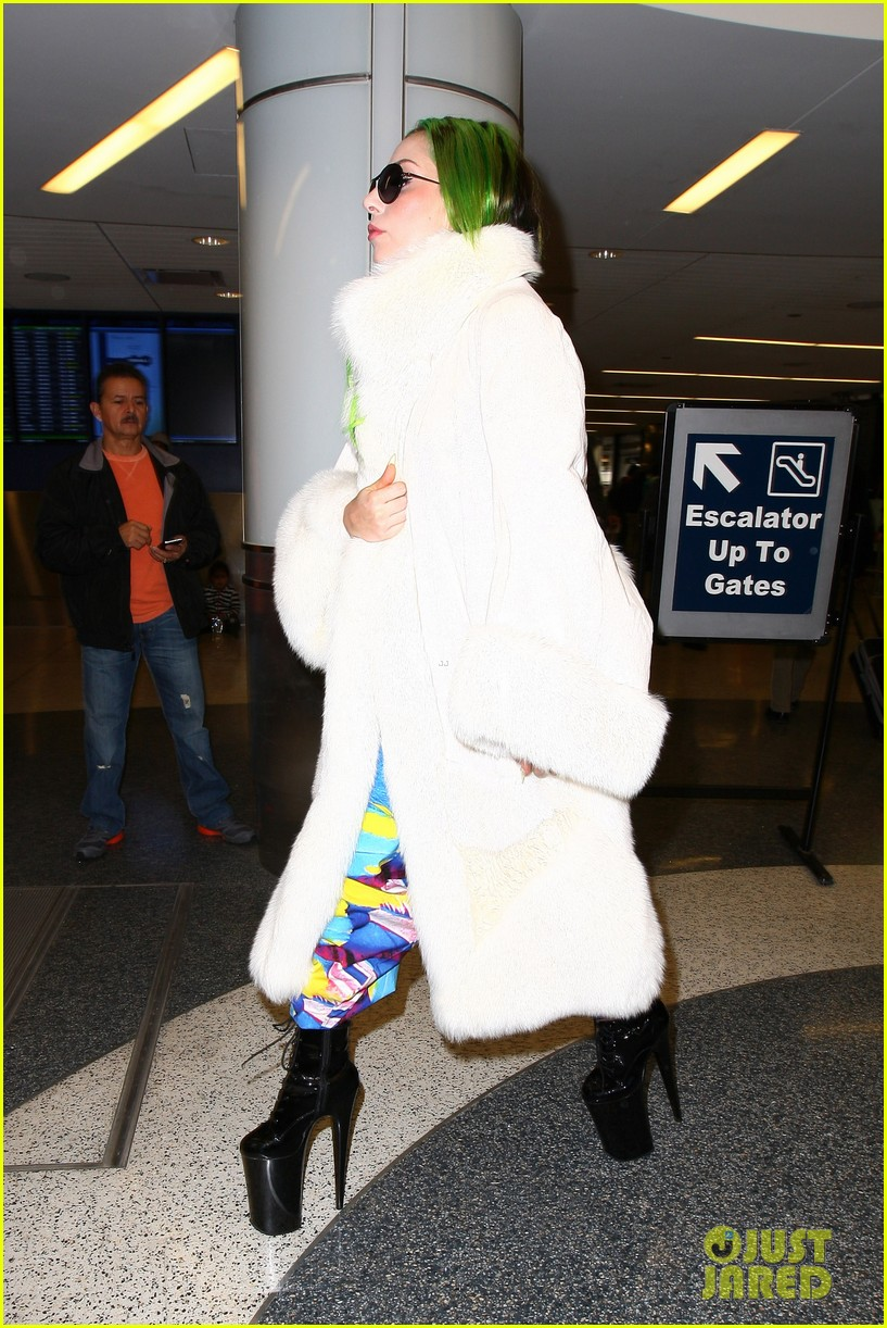 lady gaga flies out after voice duet with christina aguilera 203014343