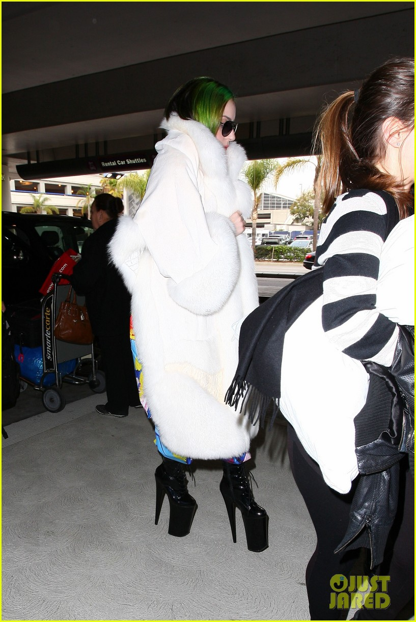 lady gaga flies out after voice duet with christina aguilera 223014345