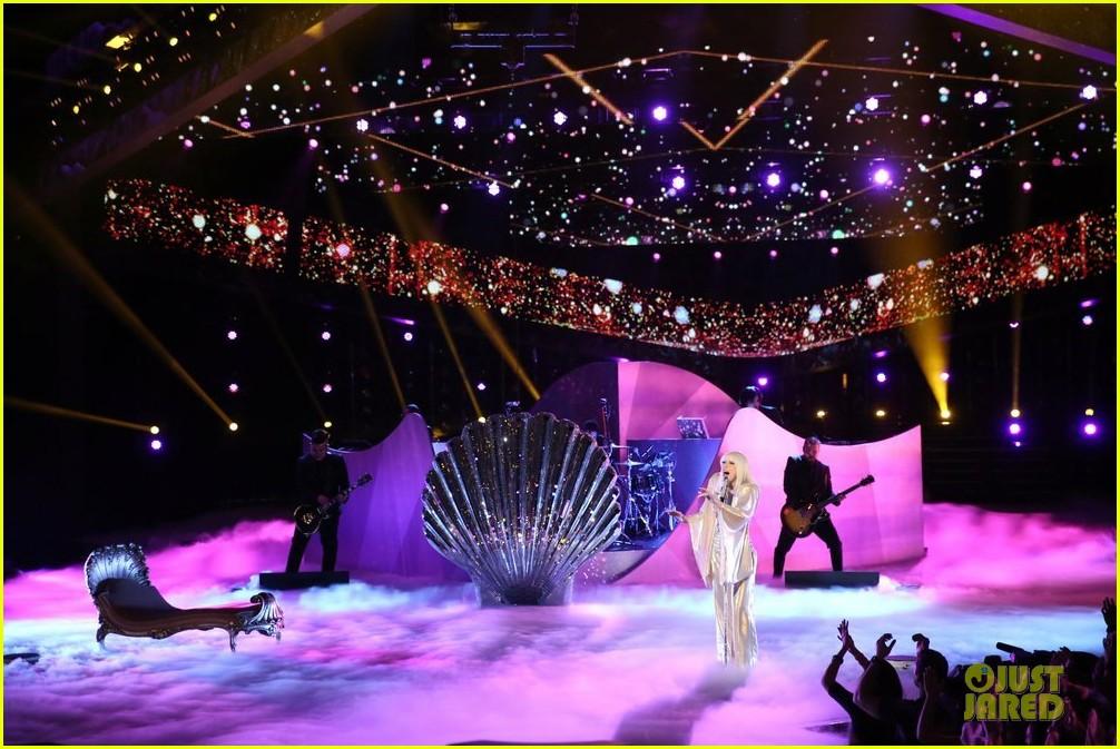Hoy en The Voice: Xtina y Lady Gaga juntas en el mismo escenario - Página 6 Lady-gaga-christina-aguilera-do-what-u-want-05