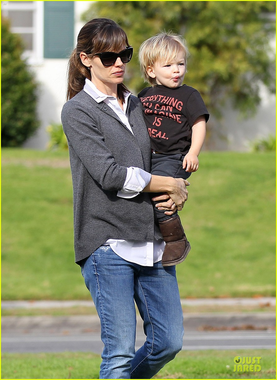 jennifer garner haircut for lollipop lovin samuel 04