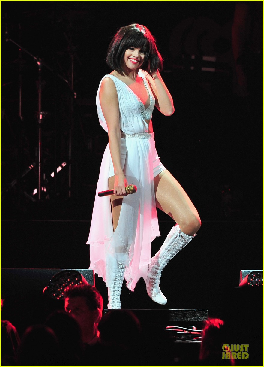 selena gomez sports wig for 1061 kiss fm jingle ball 013003939