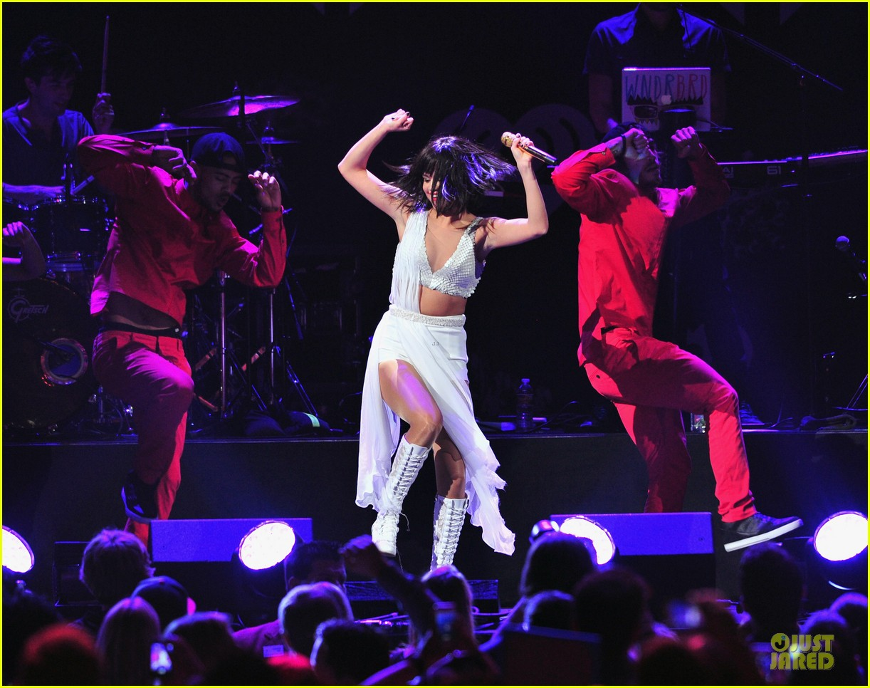 selena gomez sports wig for 1061 kiss fm jingle ball 03