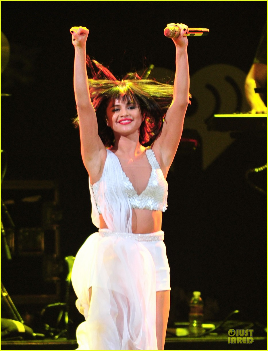 selena gomez sports wig for 1061 kiss fm jingle ball 08