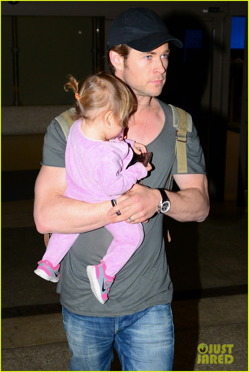 chris hemsworth carries india in his huge arms at lax 15