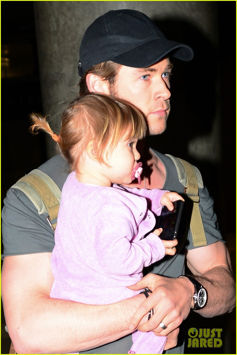 chris hemsworth carries india in his huge arms at lax 203015354