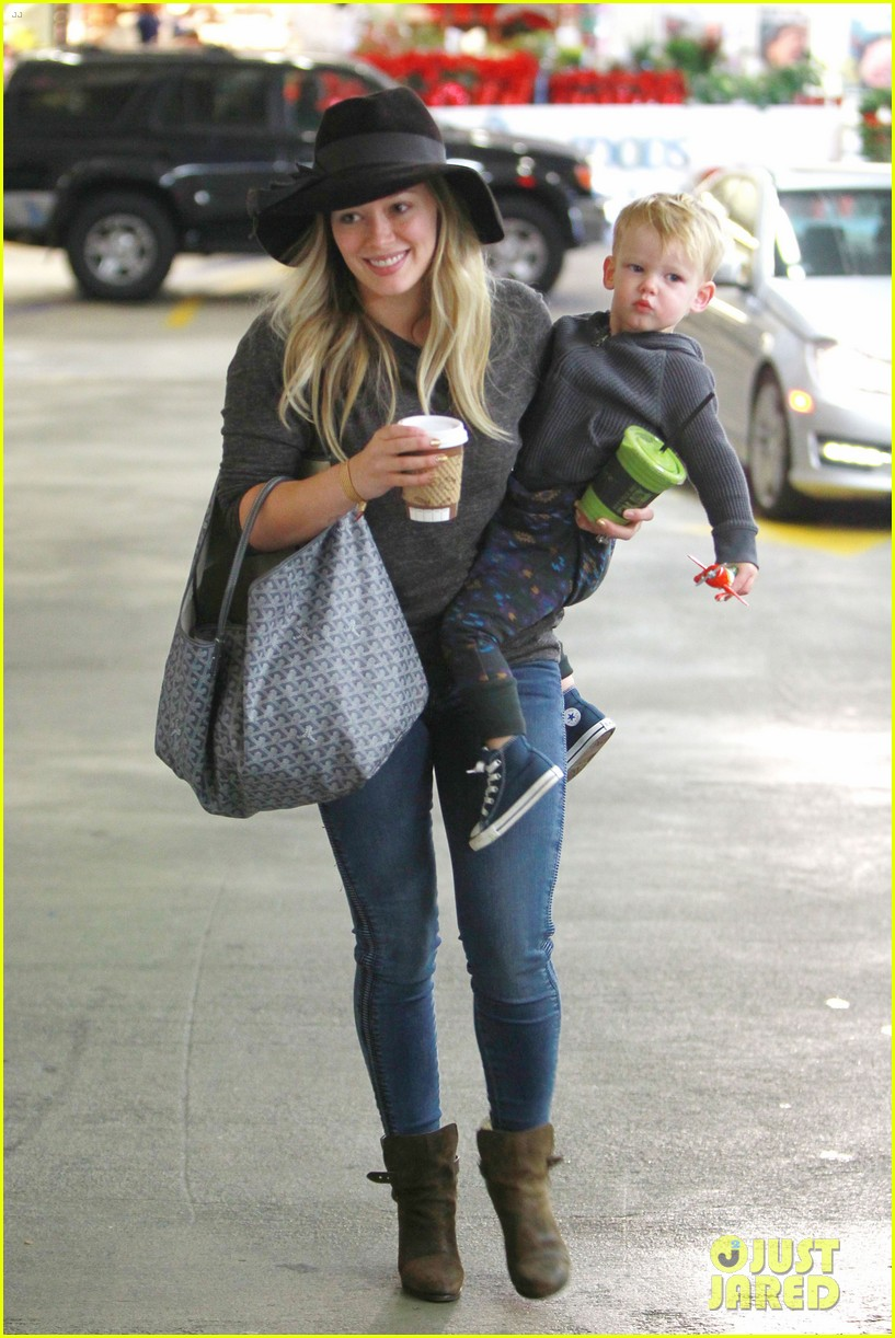 hilary duff busy weekend with her boys 01