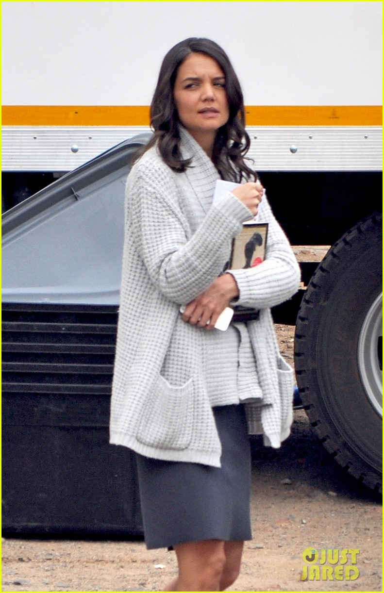 katie holmes films the giver with bow in her hair 023005618