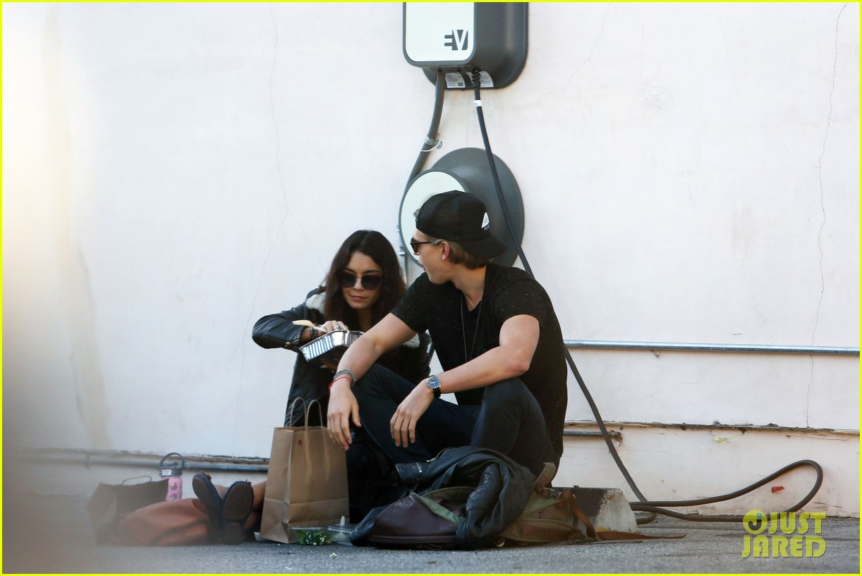 vanessa hudgens austin butler lunchin lovebirds in venice 053019729