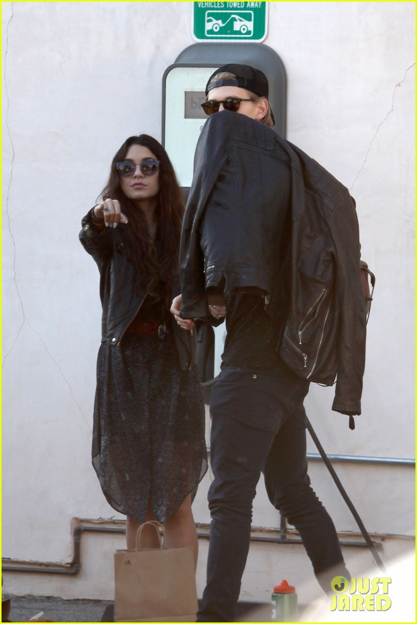 vanessa hudgens austin butler lunchin lovebirds in venice 243019748