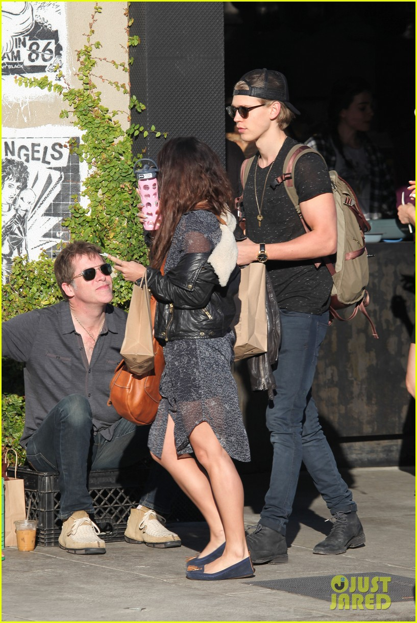vanessa hudgens austin butler lunchin lovebirds in venice 25