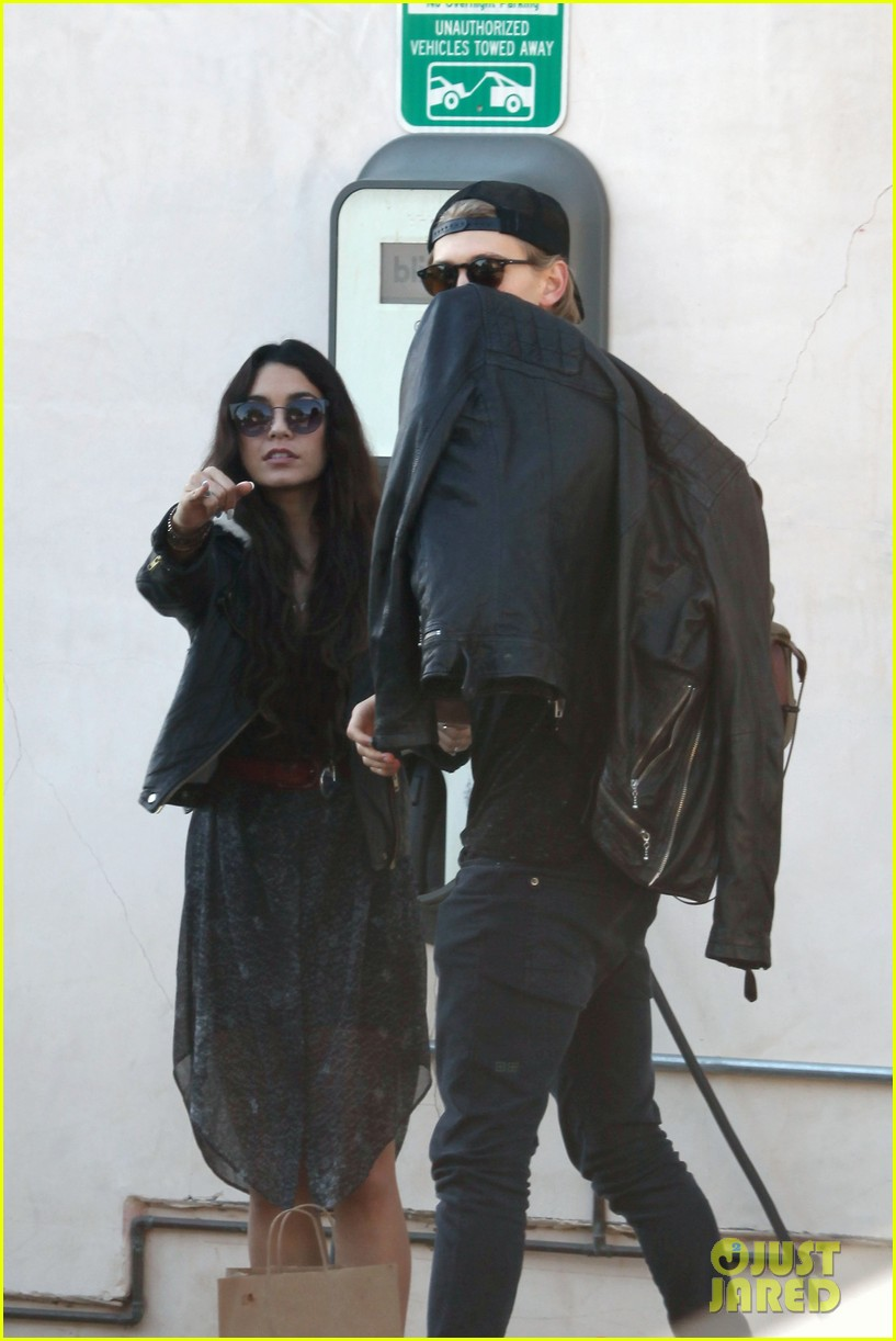 vanessa hudgens austin butler lunchin lovebirds in venice 32