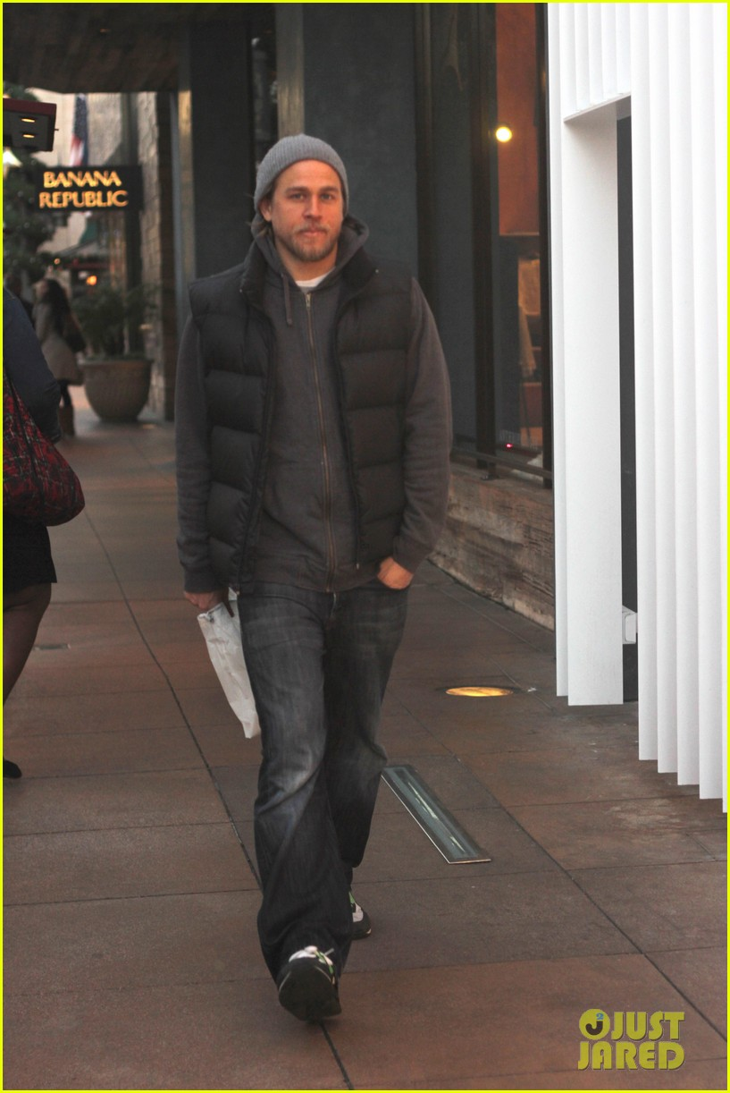 charlie hunnam holiday shops at the apple store 063010660