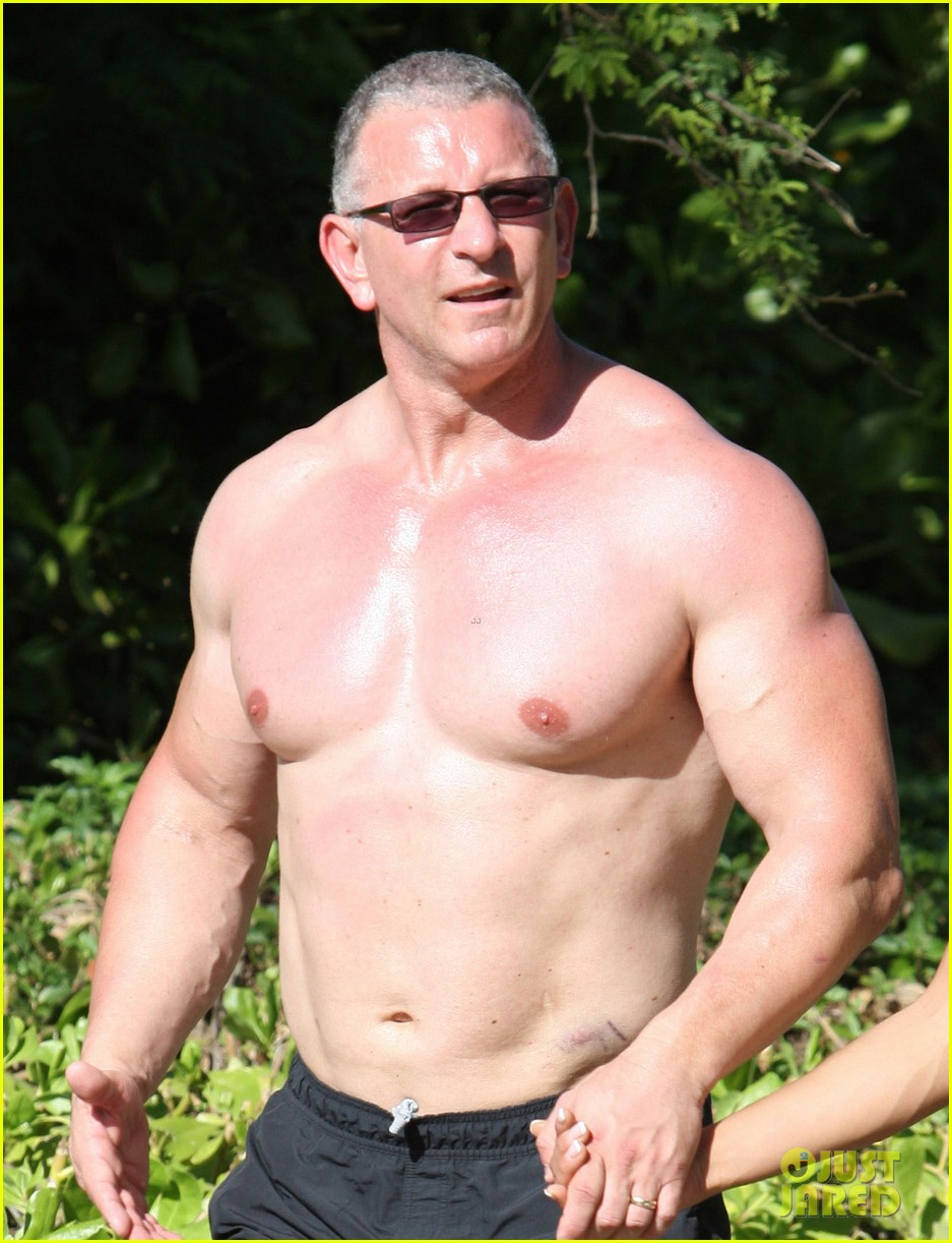 celebrity chef robert irvine goes shirtless in hawaii 04