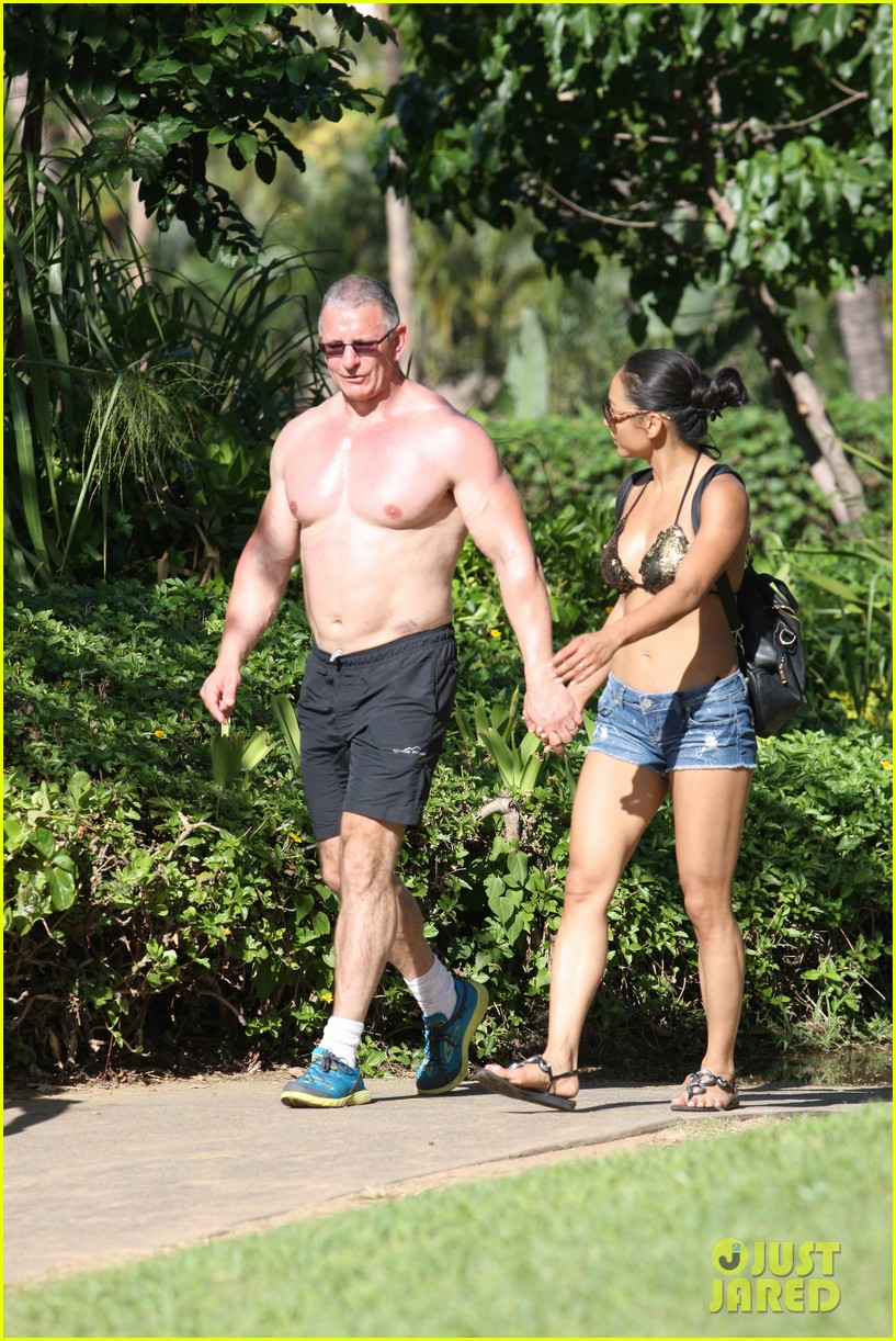 celebrity chef robert irvine goes shirtless in hawaii 05