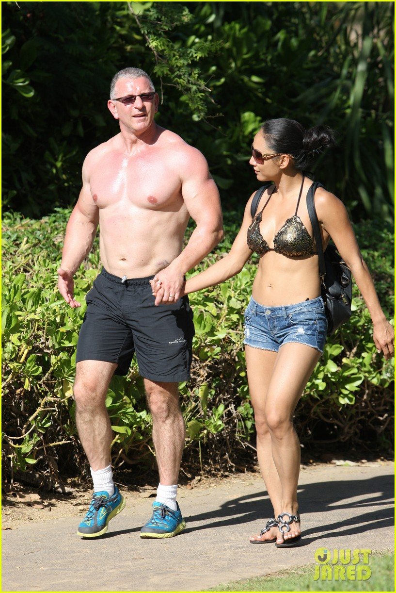 celebrity chef robert irvine goes shirtless in hawaii 073018333