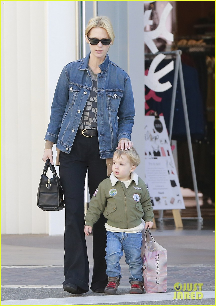 january jones takes xander to meet santa claus 013007054