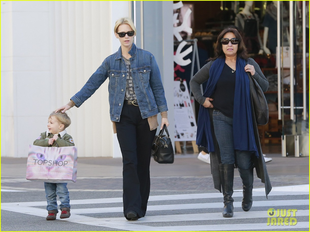 january jones takes xander to meet santa claus 20