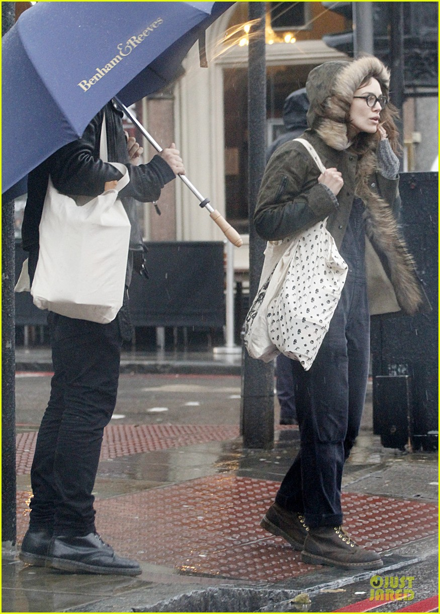 keira knightley james righton last minute holiday shopping 05