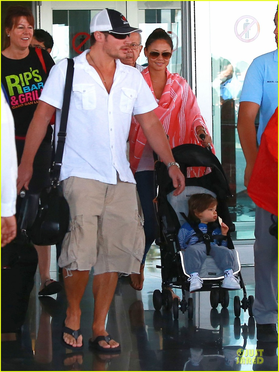 nick lachey cabo san lucas arrival with vanessa minnillo 06